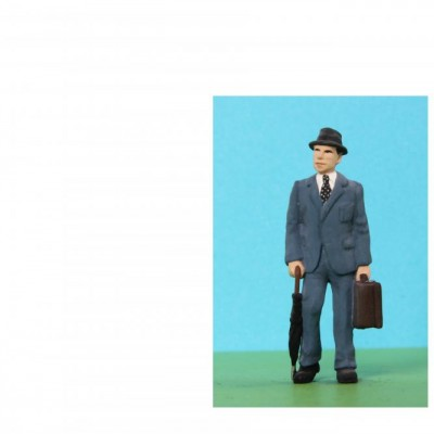 - 0 Gauge Coach Figures - A087 Resin Man with suitcase and umbrella